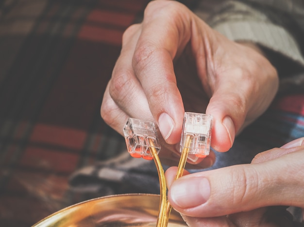 手にワイヤを接続するための端子。