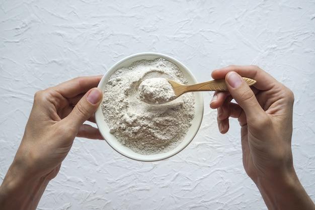 プロテインパウダー。ボウルにアダプトゲンアシュワガンダ。栄養補助食品