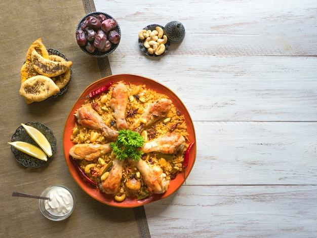 マンディカブサ-アーモンドとライスを添えたアラビア風チキン。チキンカブサ。