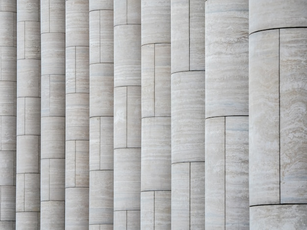 垂直の明るい大理石の柱のパターン。
