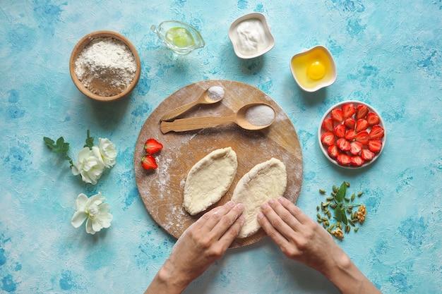 Повар готовит пироги из свежей клубники. домашний пирог.