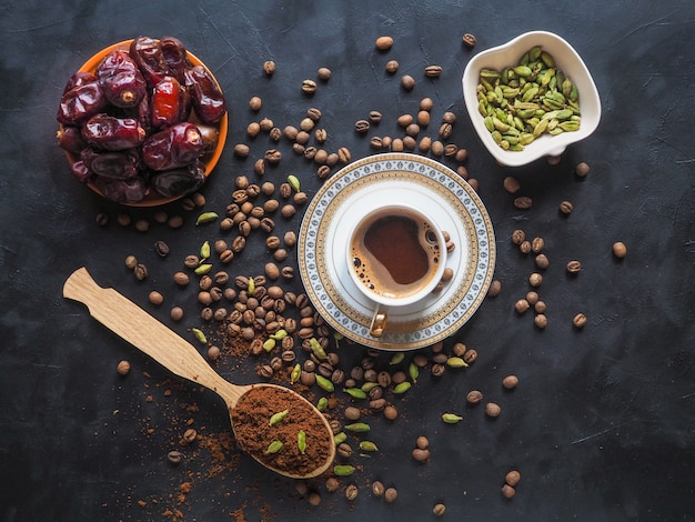 日付とカルダモンのブラックコーヒー。伝統的なアラビアコーヒー。