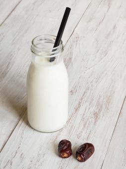 Растительное молоко с финиками. финик смузи.
