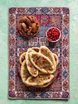 Пшеничные лепешки с травами и специями. домашний пирог. арабская кухня