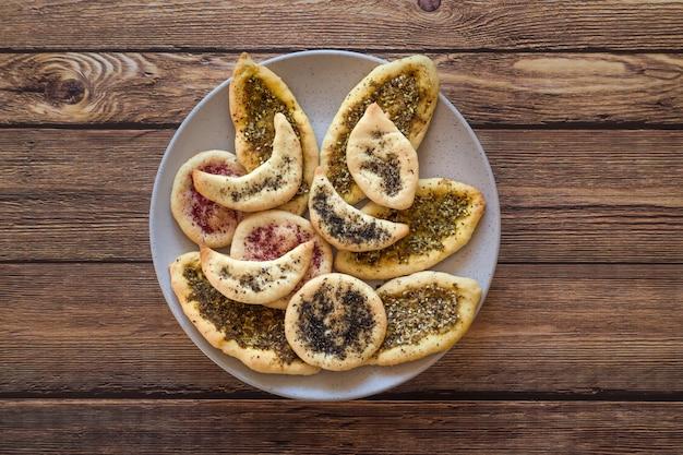 Кукурузные лепешки со специями. пшеничные лепешки с травами и специями. домашний пирог. арабская кухня