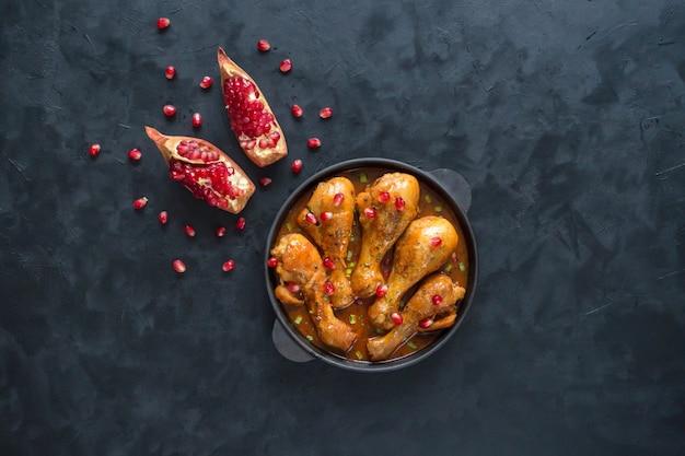 焼きたてのタンドリーチキン、美味しいインド料理。上面図。