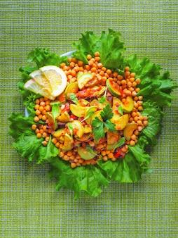 Нут с тушеными овощами. вегетарианское азиатское меню.