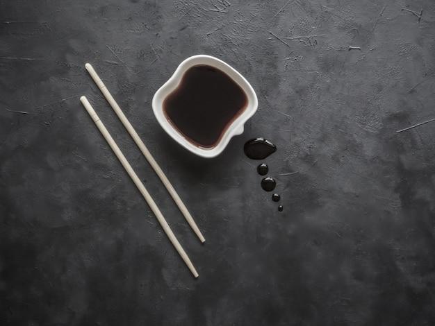 Палочки для еды и соевый соус