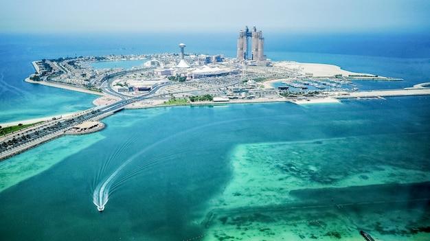 アブダビ。アラビア湾の人工島の建設。空撮。