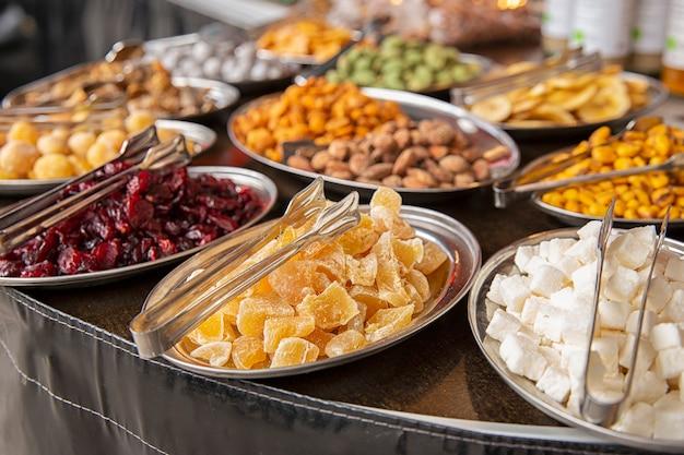 Восточные сладости сухофрукты на прилавке. предмет еды. рынок и продажа продуктов питания