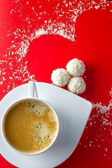 Кофе со сладостями и в форме сердца
