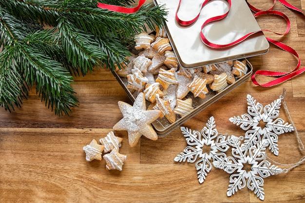 Декабрь - время рождества. рождественское печенье с ветками деревьев и украшения для елки - снежинки. зимний праздник.