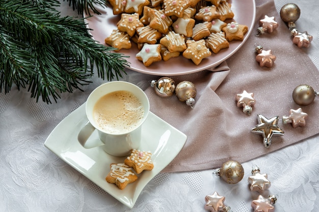 Кофе с рождественским печеньем. рождественская игрушка.