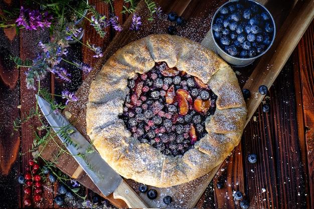 Французский пирог галет. деревенский стиль. вид сверху. готовить, выпекать
