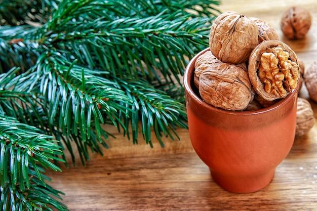 Грецкие орехи на керамической миске и ветвях деревьев