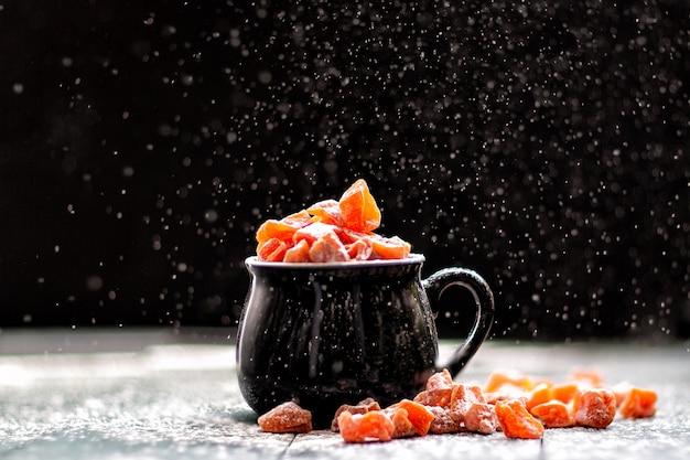 調理、かぼちゃ飴に粉砂糖を振りかける