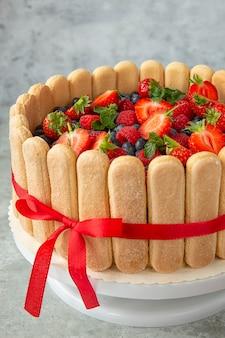 大きなイチゴ、ラズベリー、ブルーベリーで飾られたベリーケーキ