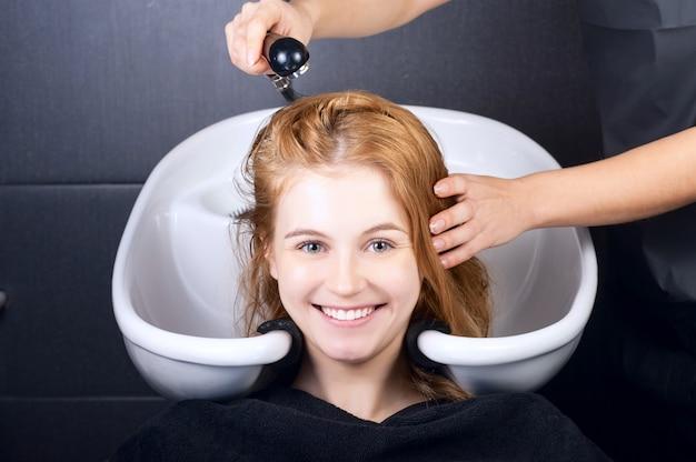 Счастливая молодая женщина с парикмахером
