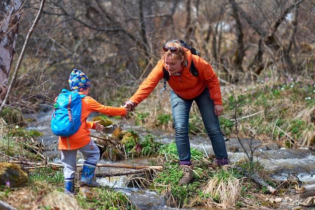バックパックで子供たちをハイキング