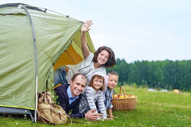 Семья родителей и двое детей в лагерной палатке