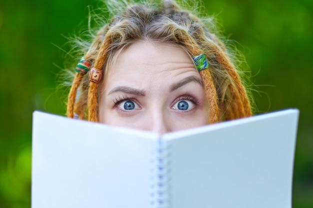 ノートブックを持つ学生