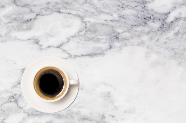 Кофейная чашка, вид сверху кофейной чашки на мраморном столе
