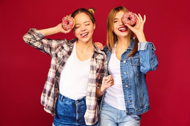 Женские модели с розовыми пончиками