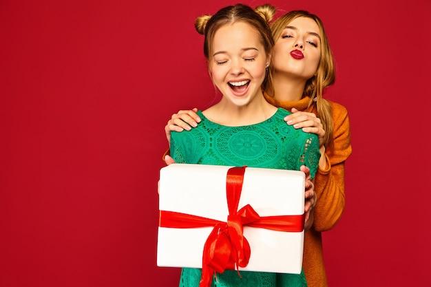 Модель дарит подруге большую подарочную коробку