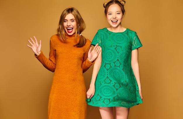 Позитивные модели позируют со своими платьями
