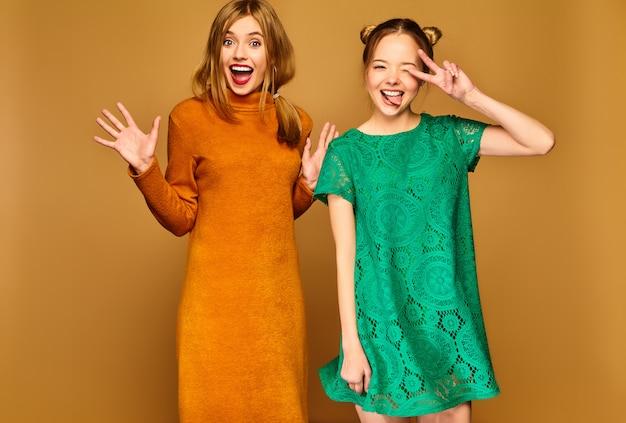 ドレスでポーズをとるポジティブなモデル