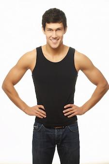Успешный мускулистый молодой человек в черном майке