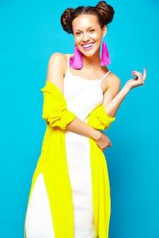 カジュアルな夏服のファッション女性
