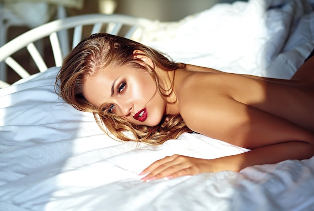 朝はベッドの上の若い女性