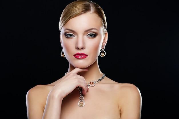 赤い唇を持つ若い女性モデル