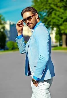 Бизнесмен в синем костюме в темных очках на улице