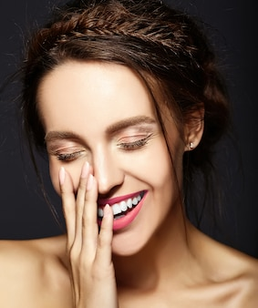 Женская модель со свежим ежедневным макияжем