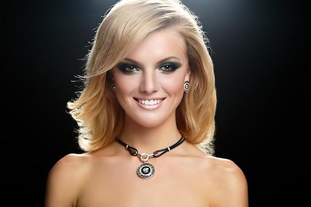 Молодая блондинка с ярким макияжем
