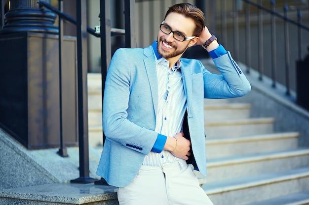 通りで青いスーツのビジネスマン