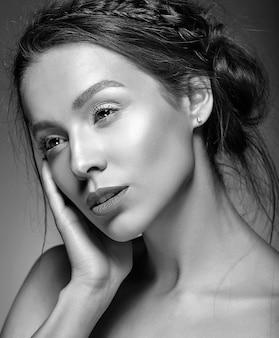 新鮮な毎日の化粧品で美しい女性