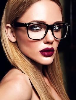 Чувственный гламур портрет красивой блондинки модели со свежим ежедневным макияжем с фиолетовым цветом губ и чистой здоровой кожей в очках
