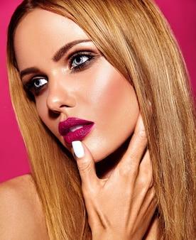 ピンクの唇の色ときれいな健康な肌と新鮮な毎日のメイクで美しい金髪の女性モデルの女性の官能的な魅力の肖像画