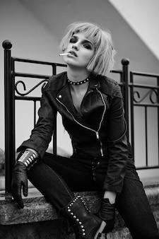 Модная блондинка в стиле подростка в парике на улице на улице