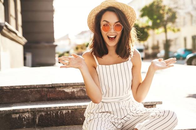 通りのポーズでポーズをとって夏服のブルネットモデル