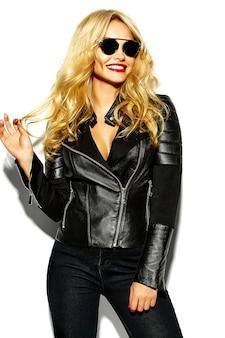 Красивая блондинка модель с кожаной курткой и солнцезащитными очками