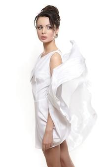 Сексуальная красивая женщина леди носить белое летающее платье невесты, изолированных на белом