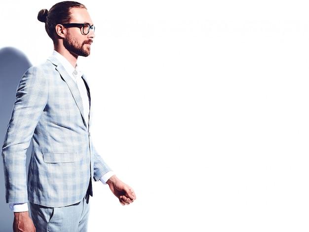 Портрет красивый модный стильный битник бизнесмен модель, одетая в элегантный светло-голубой костюм в очках