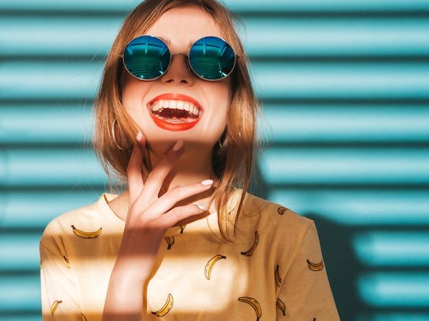 Молодая красивая женщина ищет. модная девушка в повседневной летней желтой футболке одежды.
