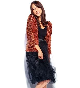 Красивая улыбающаяся хипстерская брюнетка модель в яркой современной стильной летней одежде изолирована