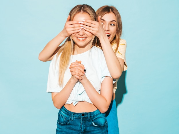 Девушка удивила свою лучшую подругу. модель закрыла глаза и обняла сзади.