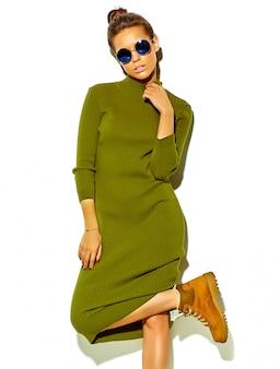 Портрет красивой счастливой милой женщины брюнетки в повседневной зеленой хипстерской летней одежде без косметики на белом в солнцезащитных очках